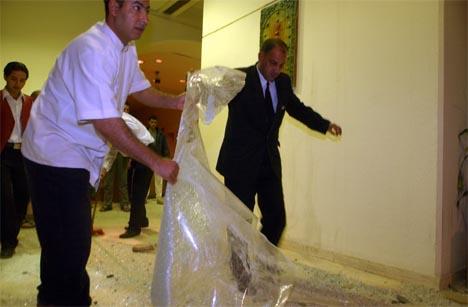 Ansatte ved Sheraton-hotellet i Bagdad rydder opp etter angrepet. (Foto: AP/Scanpix)