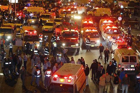 Et oversiktsbilde fra buss-stoppen som ble rammet av en palestinsk selvmordsaksjon i ettemriddag. (Foto: AFP-Scanpix)