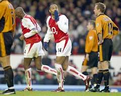 Thierry Henry hilser til fansen etter sitt første mål. (Foto: AFP/Scanpix)