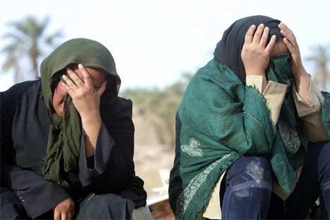 Over alt sitter mennesker i sorg og gråter. (Foto: Ap-Scanpix)