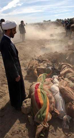 En imam velsigner de døde før massegraven blir gravd igjen. (AP-Scanpix-foto)