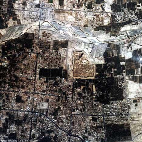 Dette satellittbildet viser ødeleggelsene i Bam sett fra verdensrommet. (Foto: AFP-Scanpix)
