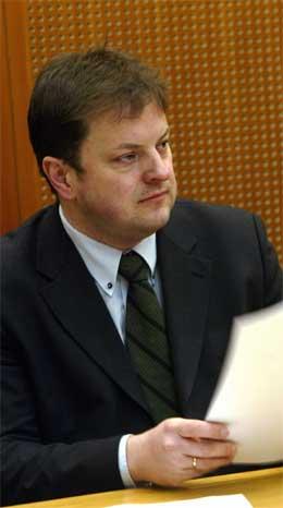 Arne Krumsvik må konstatere at Kanal24 ikke slipper til før i 2004. (Scanpix-foto)