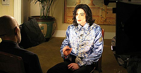 Michael Jackson gikk søndag på offensiven i sitt første fjernsynsintervju etter at han i november ble arrestert, mistenkt for seksuelt misbruk av barn.(Foto: CBS/SCANPIX/REUTERS)