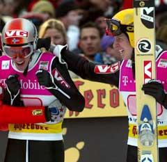 Tommy Ingebrigtsen var raskt fremme og gratulerte Sigurd Pettersen. (Foto: Reuters/Scanpix)