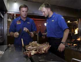 Petter og Tommi Mäkinen ved grillen i Argentina (Foto: www.swrt.com)