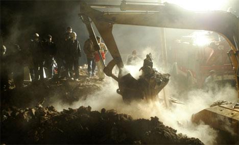 Italienske redningsmannskap grov i natt i ruinane på ein stad der det var høyrt røyster. (Foto: Behrouz Mehri / AFP Photo / Scanpix)