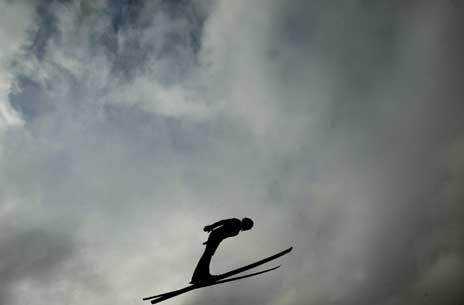 Sigurd Pettersen flyr over Garmisch-Partenkirchen. (Foto: Reuters/Scanpix)