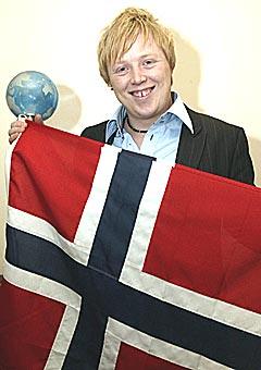 Kurt Nilsen med norsk flagg etter at det er klart at han har stukket av med seieren i World Idol. Foto: Scanpix.