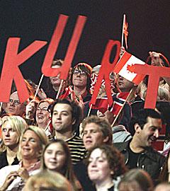 Det var en stor delegasjon med Kurt-fans med i publikum som heiet fram den norske deltageren til seieren i World Idol. Foto: Fremantle Media / SCANPIX.