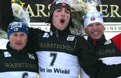 Magnus Moan på seierspallen flankert av Samppa Lajunen og Todd Lodwick (Foto: Reuters/Michaela Rehle)