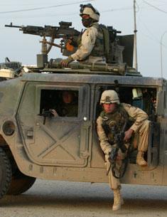 Soldater fra USAs 82. luftbårne divisjon sikret området etter at et helikopter ble skutt ned (Foto: Reuters/Faleh Kheiber)
