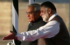 Det var god stemning da Indias statsminister Vajpayee og hans pakistanske kollega Jamali (t.h.) møttes i Islamabad i dag. (Foto: B.K.Bangash, AP)