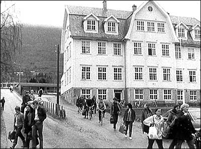Det kombinerte skulehuset på Nordfjordeid i 1971. Bygget brann ned i 1974. (Foto: NRK)