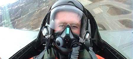 Jan Erik Larssen tester et F-16 jagerfly!