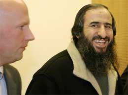 Mulla Krekar ble i går løslatt fra varetekt av Oslo tingrett. Her ses han i retten sammen med advokat Meling. Foto: Knut Fjeldstad / SCANPIX