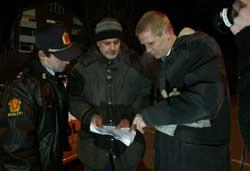 Per Schaaning (t.v.) og Trond Espen Seim får instrukser av regissør Jarl Emsell Larsen (midten).