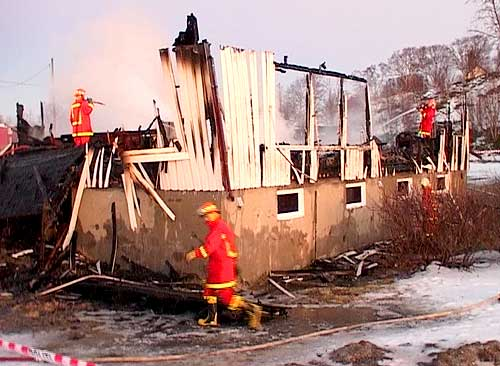 Restene av bolighuset som gikk tapt i den siste brannen på Sørarnøy tidlig om morgenen mandag 5. januar. Foto: NRK.