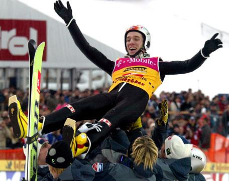 Lagkameratene satte tydelig pris på Sigurd Pettersens hoppukeseier (Foto: Scanpix)