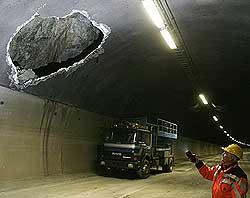 Oslofjordtunnelen blir sikret etter at 12 tonn stein og betong falt ned i vegbanen i romjula. Foto Scanpix.