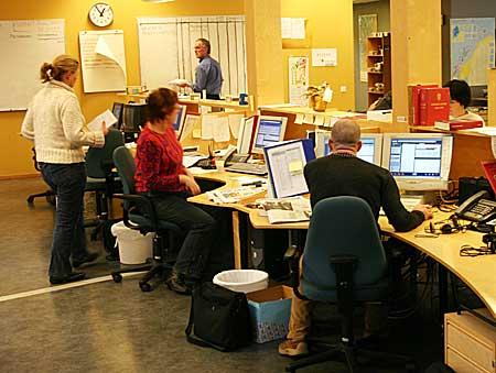 """Travelt i kontorlandskapet eller """"desken"""" ved NRK Rogaland. Her lages både radio, tv og nettsider parallellt. (Foto: Jon-Annar Fordal)"""