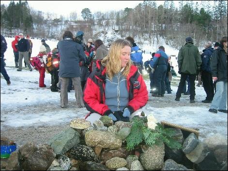 Keikos følgesvenn gjennom de siste åra - Thorbjørg Valdis Kristjansdottir ved minnerøysa i Taknesbukta. Foto: Gunnar Sandvik