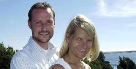 Kronprins Haakon og kronprinsesse Mette-Marit er spente foreldre. Her er paret fotografert under kronprinsens 30-årsdag på Mågerø i juli 2003. (Foto: Bjørn Sigurdsøn, Scanpix)