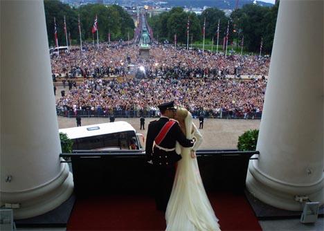 Kronprins Haakon og kronprinsesse Mette-Marit giftet seg i Oslo lørdag 25. august 2001. Her tar de imot folkets hyllest fra slottsbalkongen. (Arkivfoto: Corelius Poppe, Scanpix)