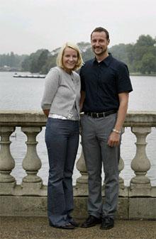 Kronprinsparet bodde i London før de flyttet tilbake til Oslo. Her fotografert i Hyde Park. (Foto: Nina Eirin Rangøy, Scanpix)