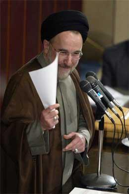 OPPRØRT: Irans president, Mohammad Khatami, er opprørt over vedtaket om å utestenge flere reformvennlige politikere fra det forestående valget i landet. (Foto: AFP PHOTO/Atta Kenare)