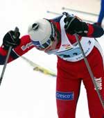 En sliten Frode Estil etter at han gikk Norge inn til femteplass på herrestafetten i Otepää søndag. (Foto: Morten Holm/SCANPIX)