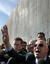 Qurie holder pressekonferanse foran muren ved Qalqilya (Scanpix/Reuters)