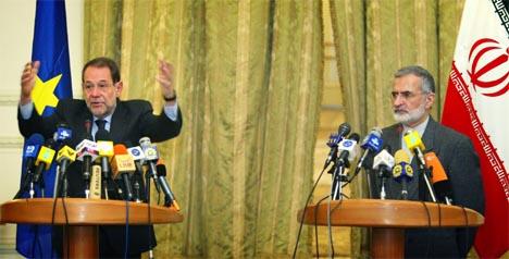 EUs utenrikspolitiske koordinator Javier Solana besøker et Iran i politisk krise. Til høyre står Irans utenriksminister Kamal Kharazi. (Foto: Reuters/Scanpix)