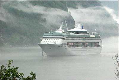 Cruiseskip i Flåm. (Foto: NRK)