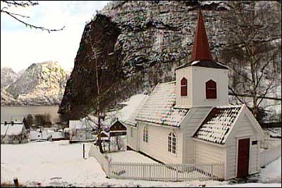 Kyrkja i Undredal er den minste stavkyrkja i Norden. (Foto: NRK)