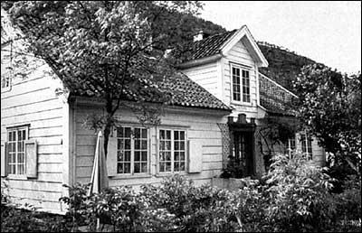 Det gamle Meidell-huset vart rive i 1830, og sokneprest Ole Aabel bygde dette nye huset i empirestil på tufta - kalla Aabelheim. Aabel nytta då ein del bygningsdelar frå det gamle huset etter oberst Meidell.