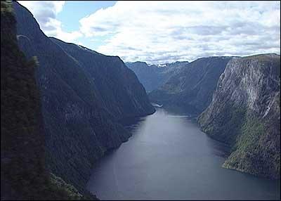 Den smale Nærøyfjorden med dei mektige fjellsidene er eit ynda mål for turistar. (Foto: NRK)