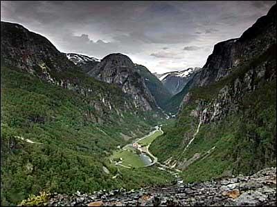 Utsikt frå Nebbet i Nærøydalen. Nebbet blir i dag nytta som utgangspunkt for basehopp. (Foto: NRK)