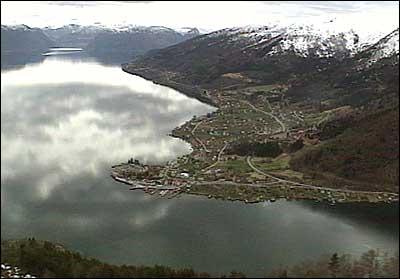 Balestrand med kommunesenteret Balholm ved Vetlefjorden og Sognefjorden (t.v.) (Foto: Asle Veien, NRK)