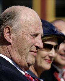 Kong Harald og dronning Sonja får en liten lønnsøkning i budsjettforslaget. (Arkivfoto: Knut Fjeldstad/Scanpix)