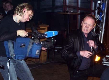 Norge Rundt-fotograf Kristin Helgeland Hauge på scena saman med ein Tom Jones-kloning.