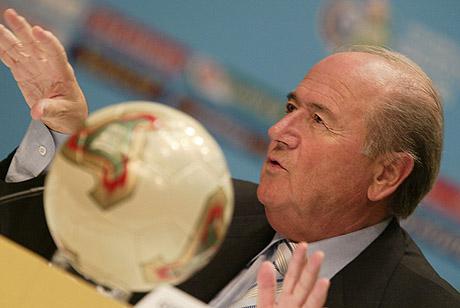 FIFA-president Sepp Blatter mener kvinnefotballen må bli litt mer sexy. (Foto: AFP/THOMAS COEX)