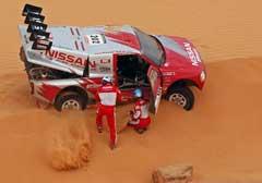 Colin McRae og hans kartleser Tina Thorner forsøker å få bilen løs fra sanden. (Foto: AP/Scanpix)