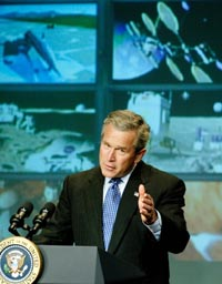 Ti måneder før neste presidentvalg lanserer president George W. Bush et ambisiøst romprogram. Foto: Larry Downing, Reuters/Scanpix.
