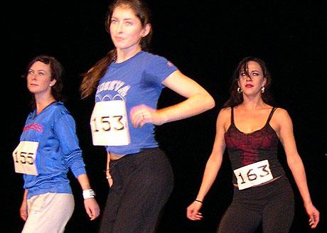 Nervøs og svett stemning tok ikke danseferdighetene fra konkurrentene. Tonje Westbye står til høyre med nr. 163. Foto: NRK