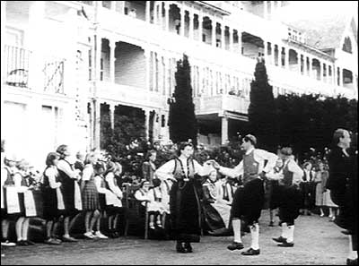Storfolk bur framleis på Kvikne's hotell. Her er det underhaldning i hagen i samband med den britiske statsministeren sitt besøk i 1951. (Foto: Norsk Film/NRK)