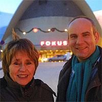Festivalsjef Ola Lund Renolen og festivalprodusent Martha Otte foran Fokus Kino, som til neste år er bibliotek (Foto: Bjørnbakk/Scanpix)