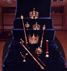 Skal riksregaliene fortsatt brukes? Salvingshornet, rikssverdet, rikseplet, septerne og de tre kronene: Nederst arvefyrstens, så dronningens og kongens. (Foto: NTB)
