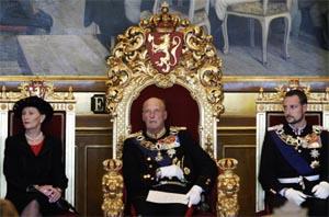 I 1990 ble Grunnloven endret, slik at kronprinsparets førstefødte kan arve tronen uansett kjønn. Her er kong Harald, dronning Sonja og kronprins Haakon i Stortinget. (Foto: Scanpix)