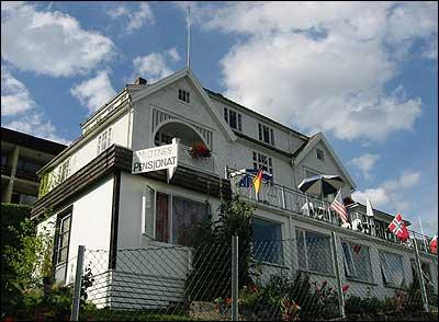 Midtnes Pensjonat vart starta av Ola Midtnes i 1936. (Foto: Arild Nybø, NRK © 2003)